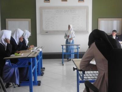 Farida sedang menyampaikan argument pada kegiatan lomba debat bahasa inggris tingkat Prop KALSEL